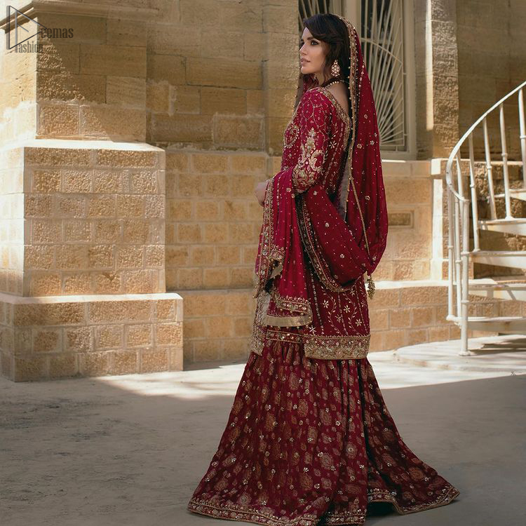 This graceful traditional bridal wear will definitely add to your perfection on the reception day.