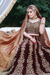 This traditional attire comes with a Maroon, sleeveless blouse choli formed with a sweetheart neckline.